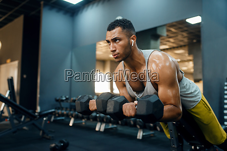 man, doing, exercise, with, dumbbells, on - 28061721