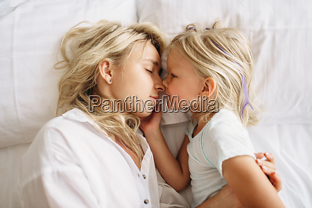 mother, and, child, sleeps, on, the - 28061599