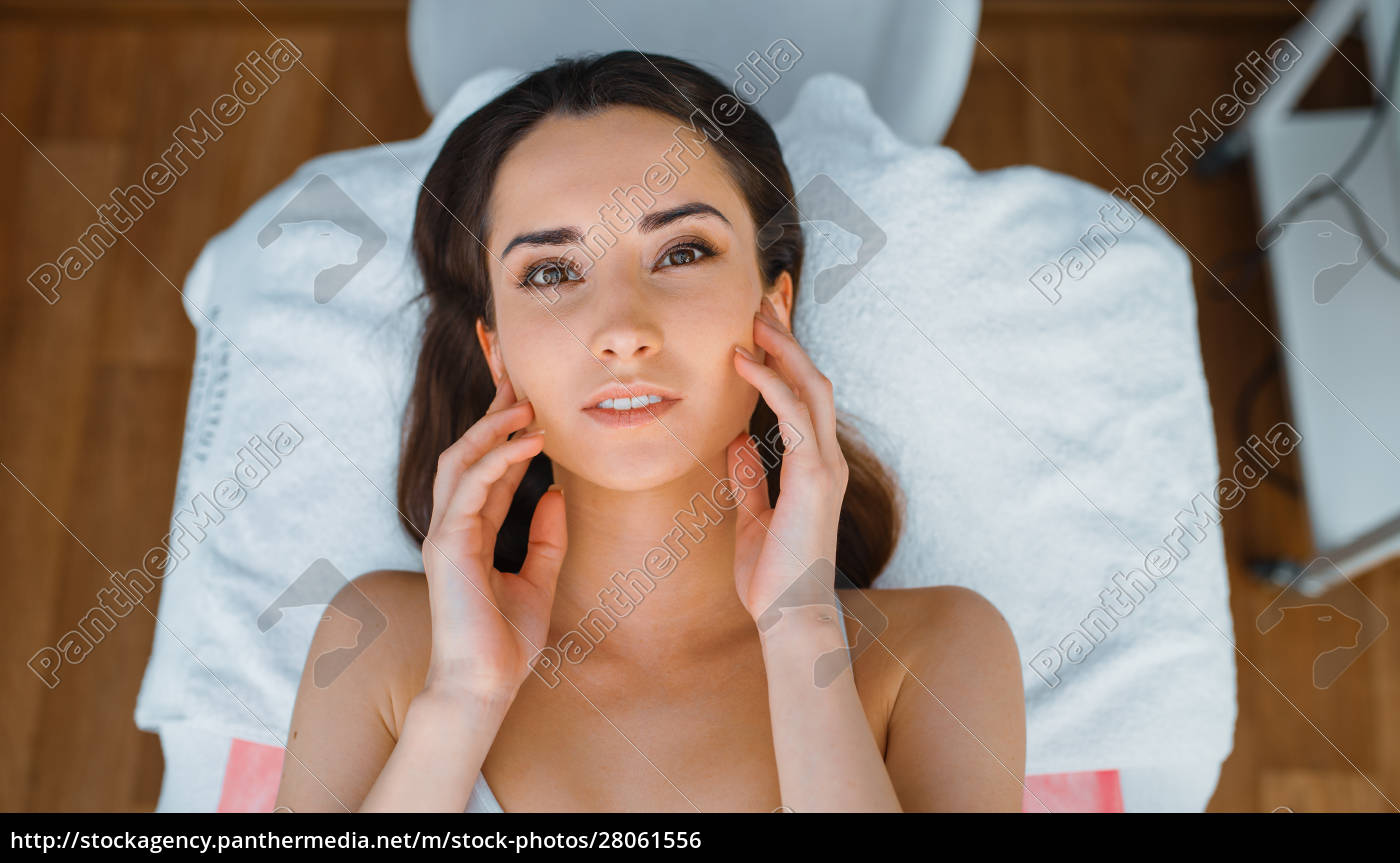 patient, on, treatment, table, in, cosmetician's - 28061556