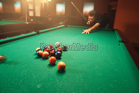 player, breaks, a, pyramid, in, billiards. - 28061963