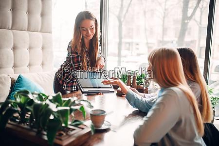 presentation, of, goods, on, laptop, , meeting - 28061452