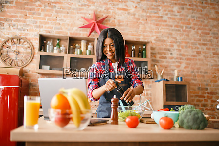 black, woman, in, apron, cooking, healthy - 28062866
