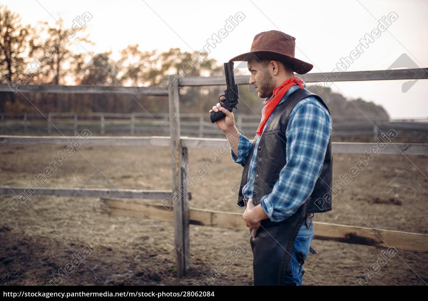 cowboy, with, revolver, , gunfight, in, gesert - 28062084
