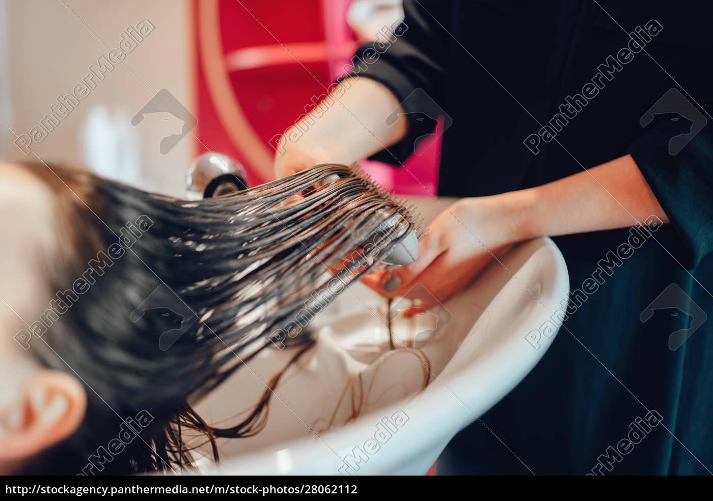 hairdresser, washes, hair, in, hairdressing, salon - 28062112