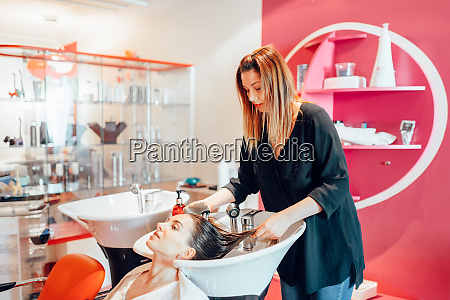 hairdresser, washes, hair, in, hairdressing, salon - 28062114