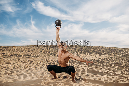 male, athlete, doing, exercise, with, weights - 28062174