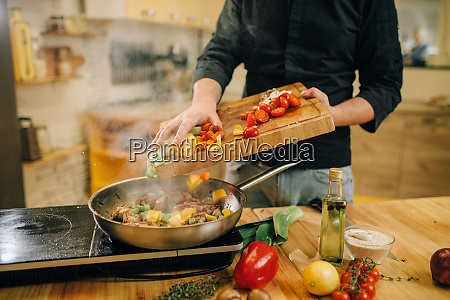 male, person, puts, vegetables, into, the - 28062484