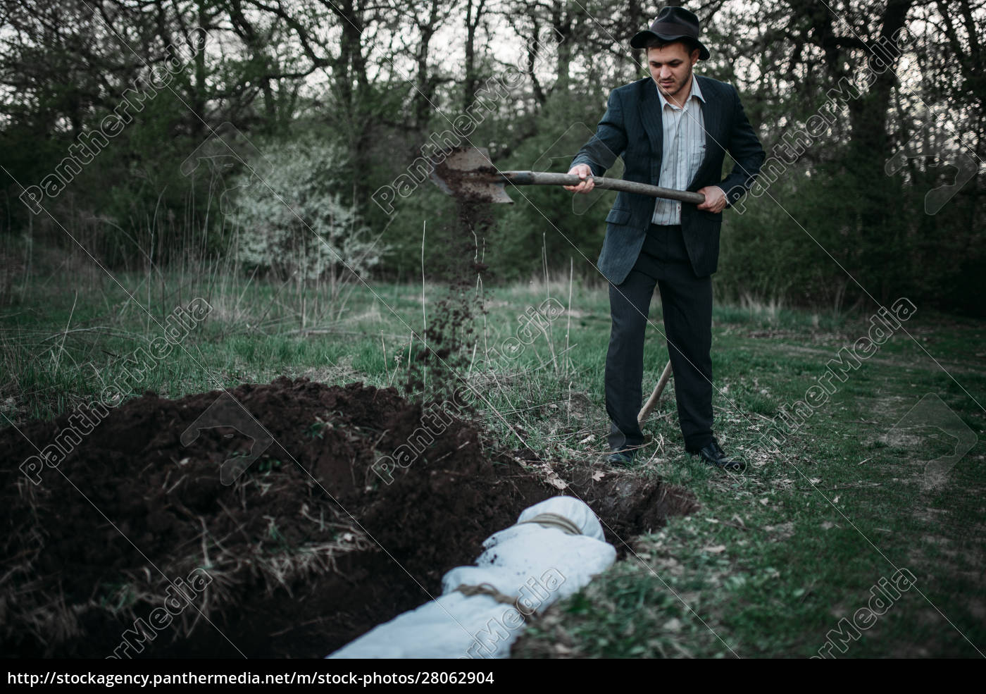 maniac, with, shovel, buries, victim, into - 28062904