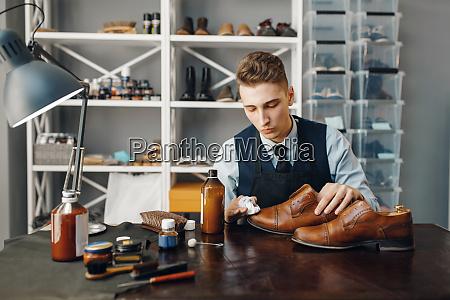 shoemaker, polishes, the, shoe, , footwear, repair - 28062557