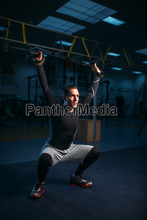 sportsman, on, training, endurance, workout, with, ropes - 28062123