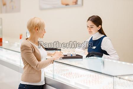 woman, choosing, wedding, rings, in, jewelry - 28062993