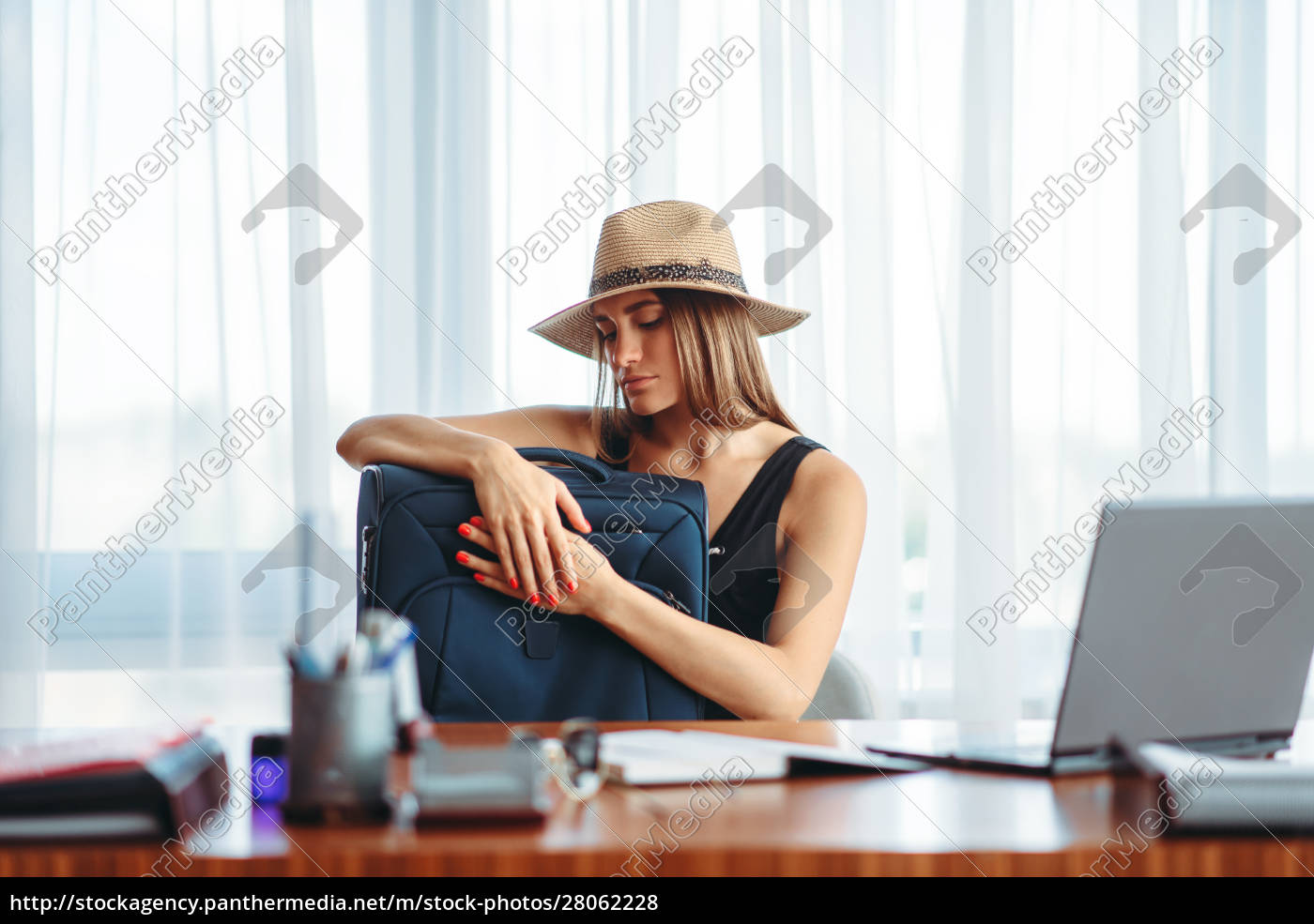 woman, with, suitcase, in, office, dreams - 28062228