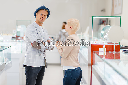 young, love, couple, buying, jewels, in - 28062525