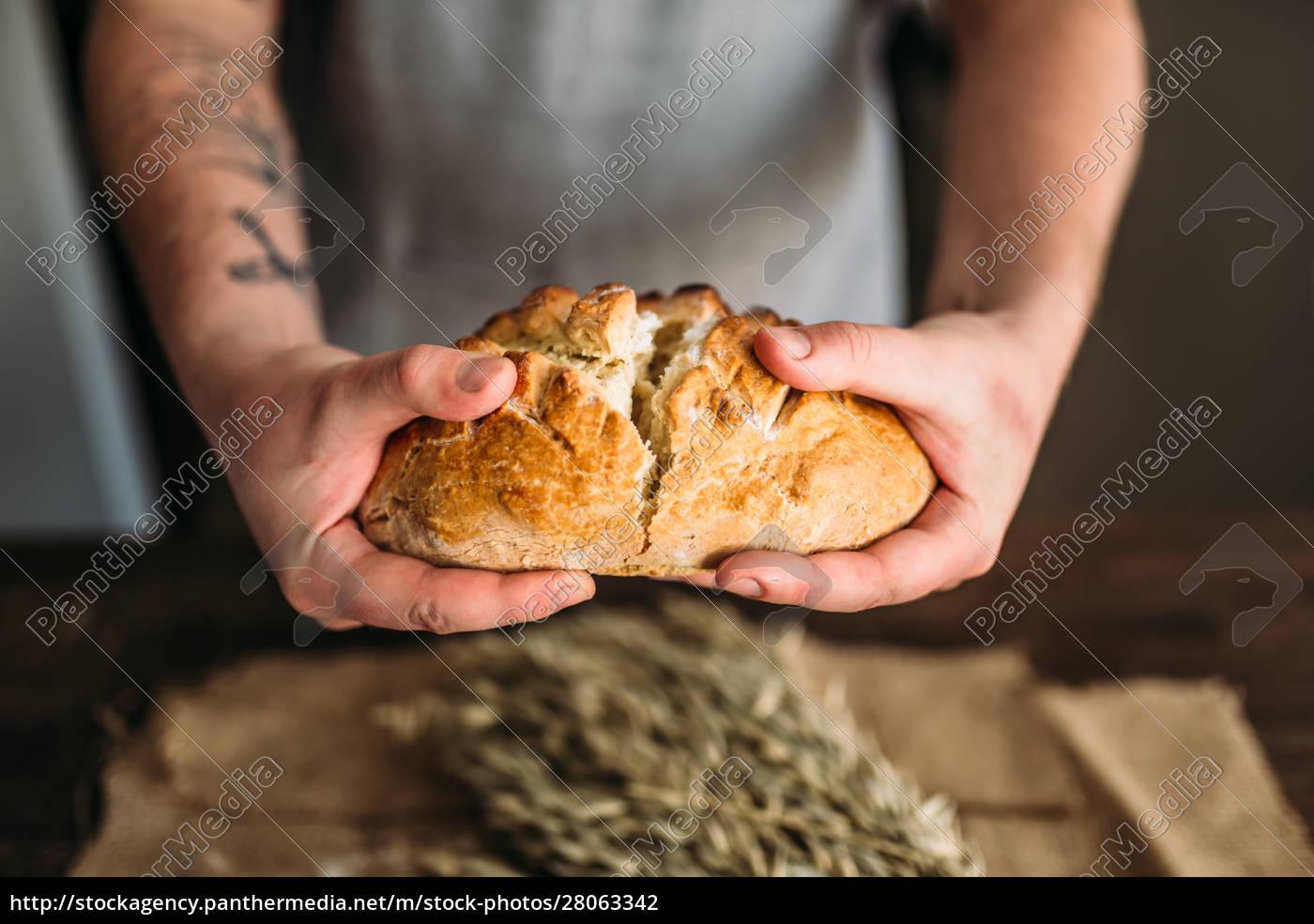 baker, hands, breaks, in, half, fresh - 28063342