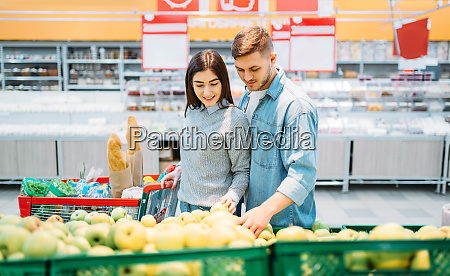 couple, with, cart, choosing, apples, in - 28063280