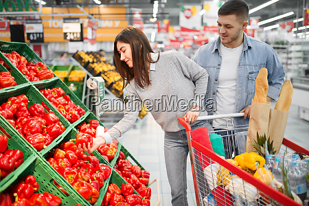 couple, with, cart, choosing, peppers, in - 28063199