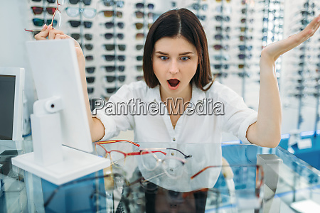 female, buyer, surprised, by, the, effect - 28063268