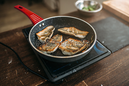 frying, pan, with, fried, fish, fillet, - 28063201