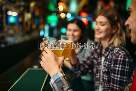 fans drinks beer at the counter