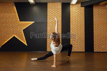 contemporary dance performer body flexibility