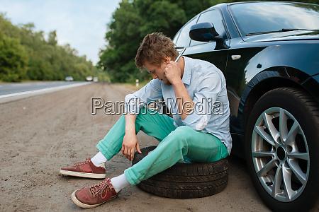 car, breakdown, , young, man, sitting, on - 28082886