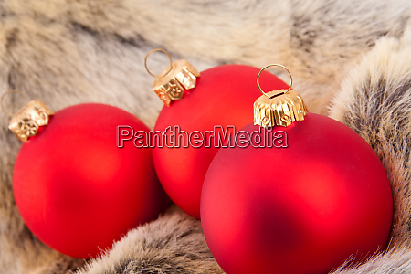 christmas, red, baubles, on, animal, fur - 28082601