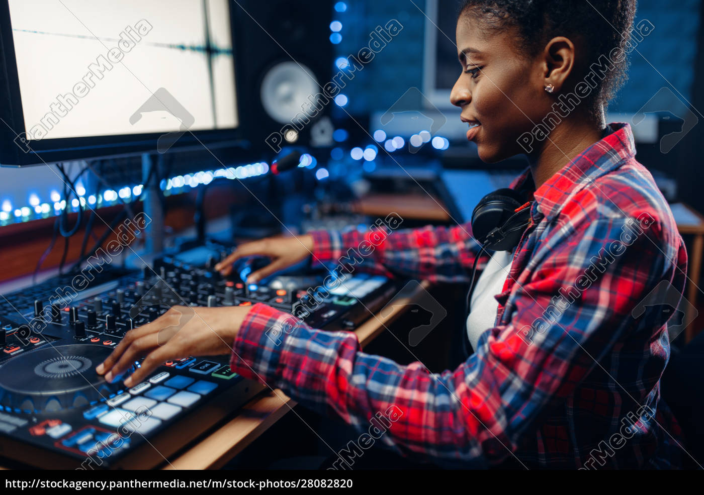 female, sound, engineer, in, the, recording - 28082820
