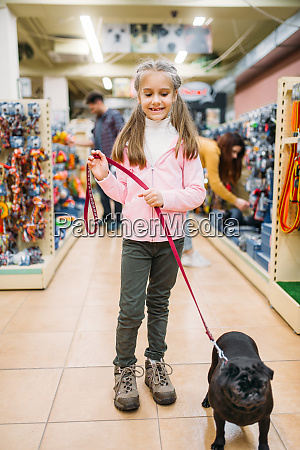 little, girl, with, puppy, in, pet - 28082380