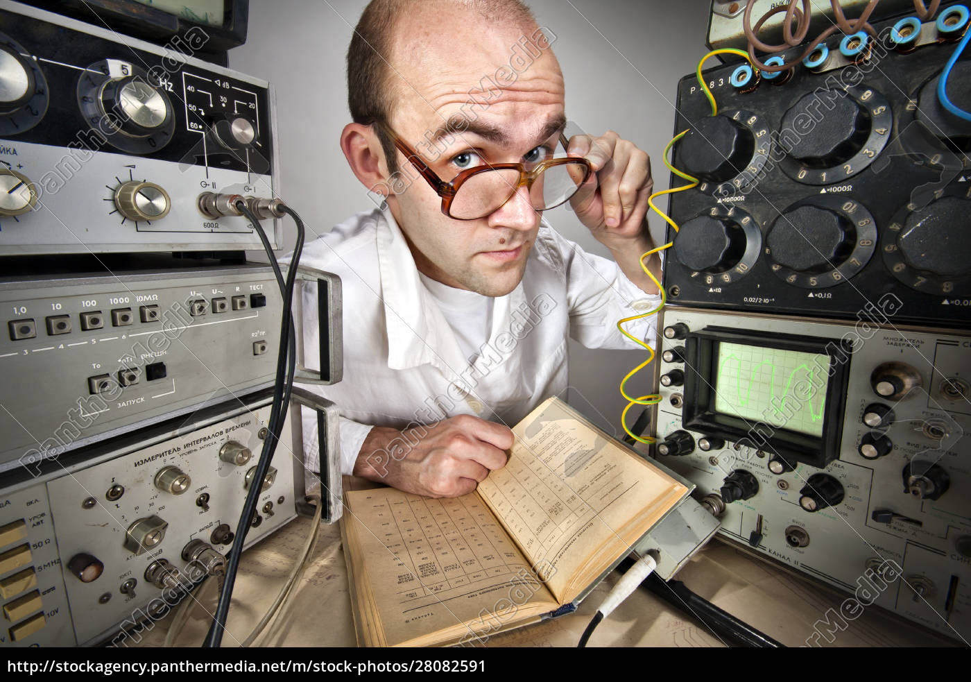 scientist, at, vintage, laboratory - 28082591