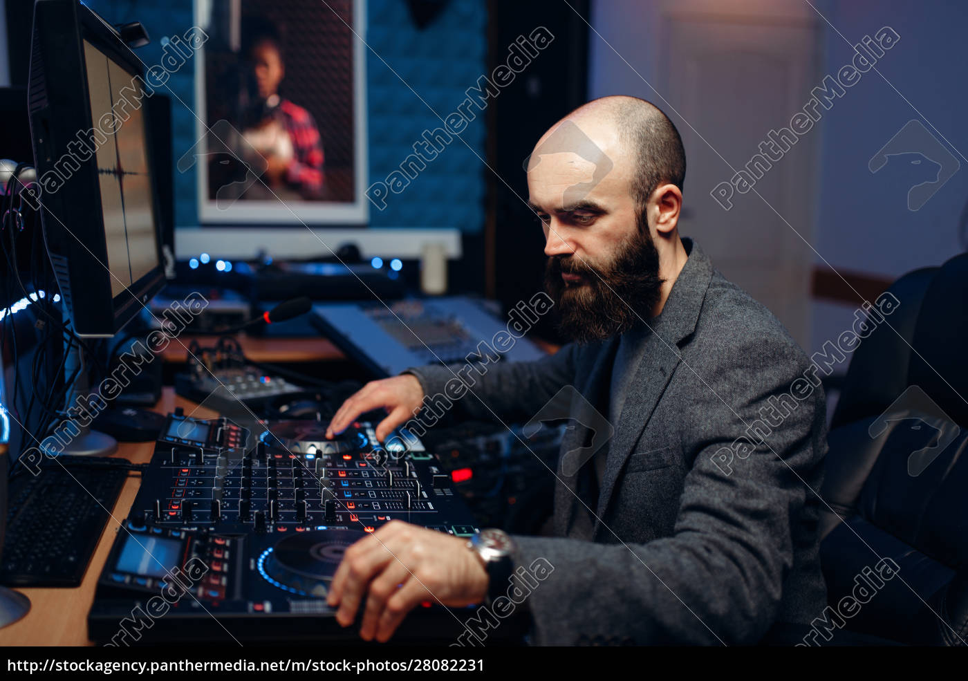 sound, engineer, makes, record, of, singer - 28082231