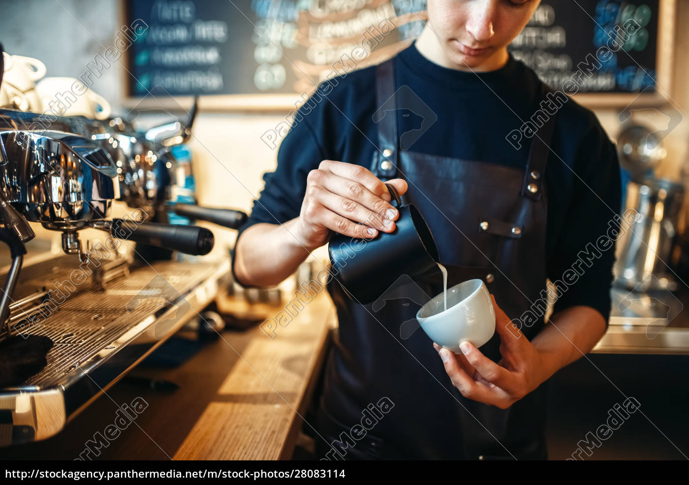barista, pours, cream, into, the, cup - 28083114