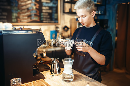 young, male, barista, makes, coffee, at - 28083291