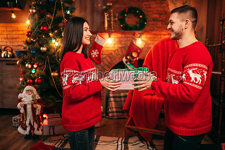 love, couple, holding, gift, box, in - 28084195