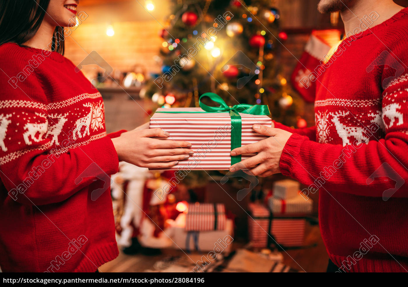 love, couple, holding, gift, box, in - 28084196