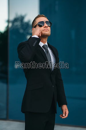 bodyguard talking by earpiece communication tools
