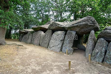 dolmen la roche aux fees