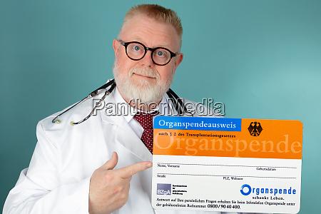 doctor holding german organ donation