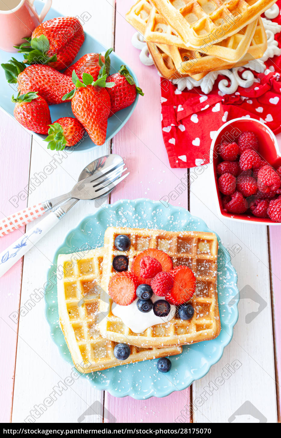 homemade, waffles, with, fresh, fruits - 28175070
