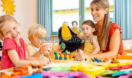kindergartener woman with children