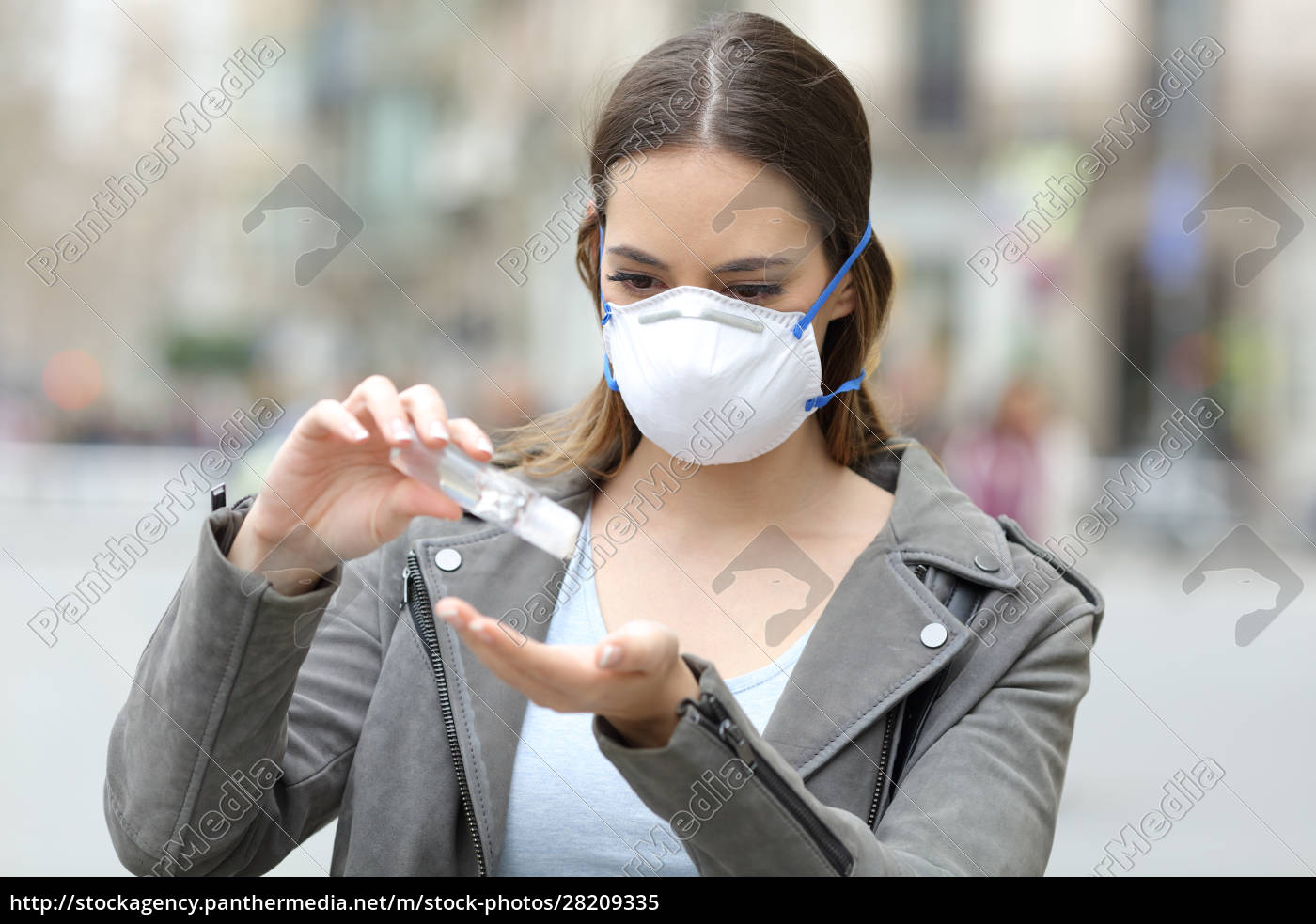 girl, with, mask, applying, hand, sanitizer - 28209335