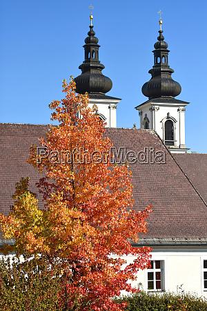 die stiftskirche in kremsmuenster mit einem