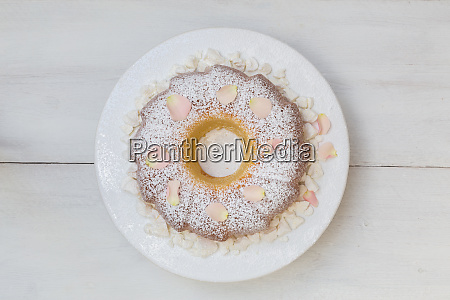 ring cake with icing sugar and