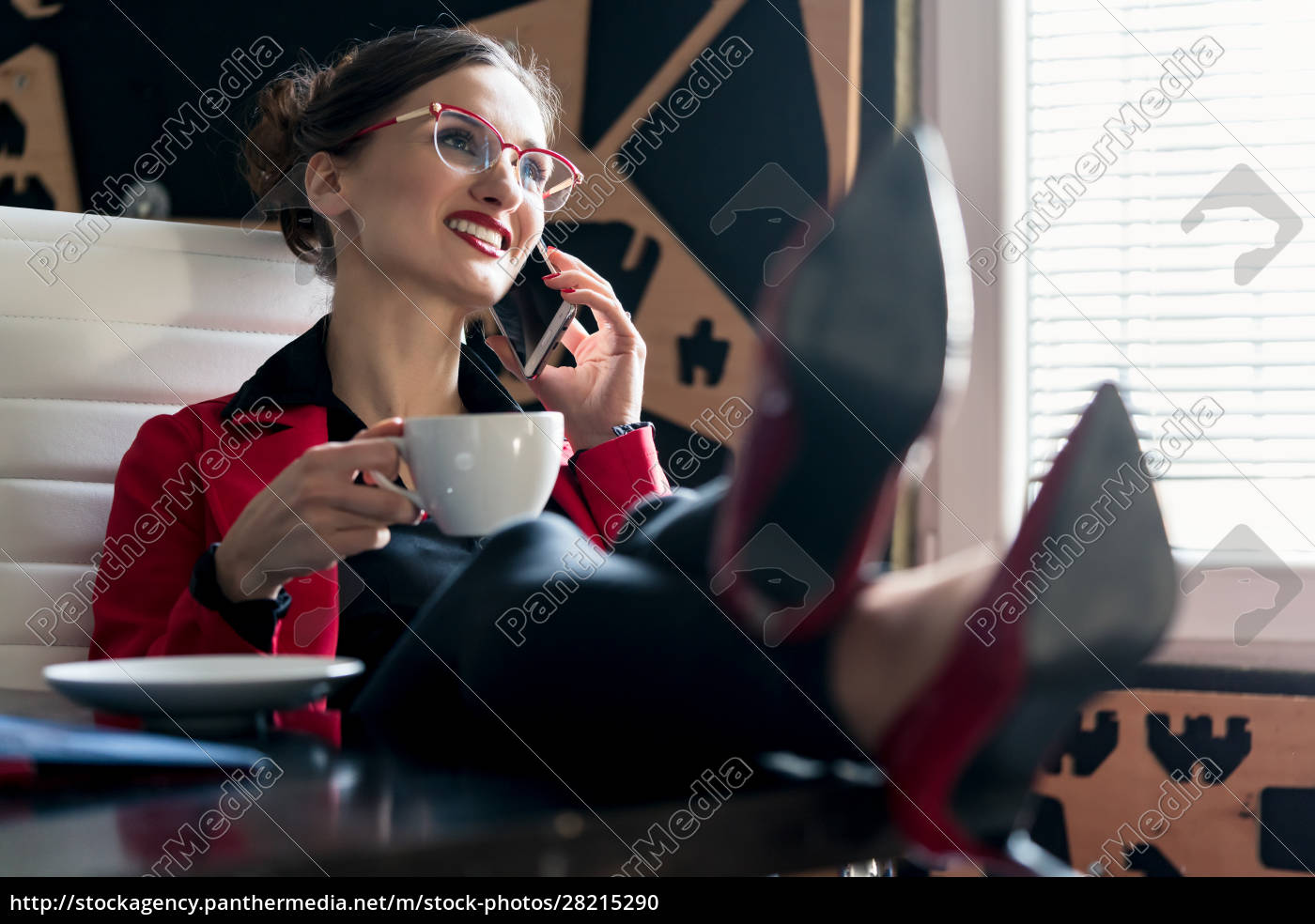 businesswoman, having, a, coffee, using, the - 28215290