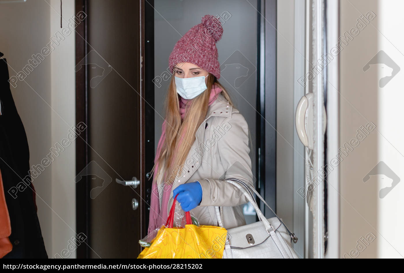 woman, with, groceries, coming, home, from - 28215202