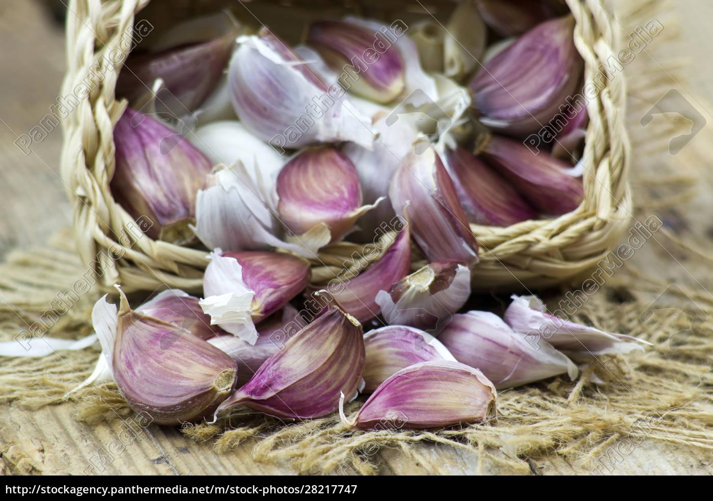 fresh, garlic, in, a, basket - 28217747
