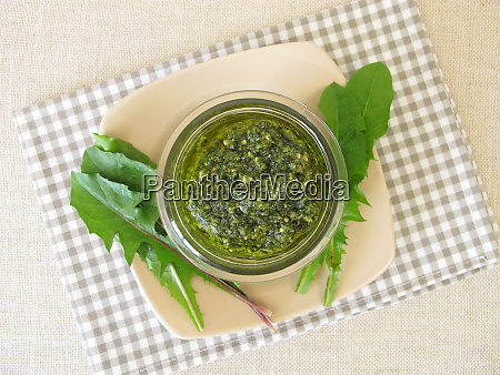 homemade, green, pesto, with, dandelion, leaves - 28217817