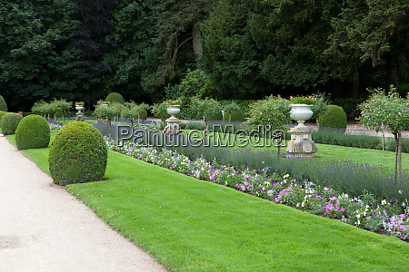 gardens at chateau chenonceau in the