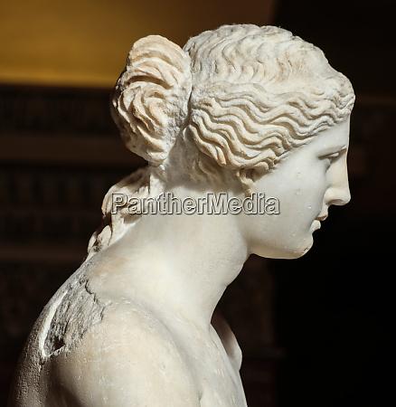 sculpture the venus de milo at