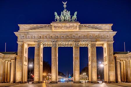 the illuminated brandenburg gate in berlin