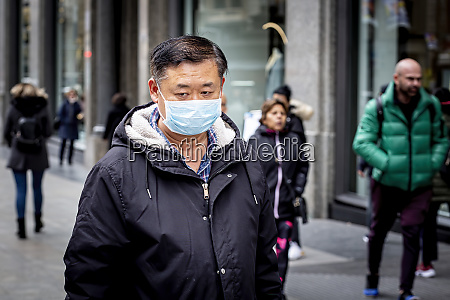man with mask to prevent spread